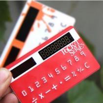 מחשבון בצורה ובגודל של כרטיס אשראי נטען סולרית